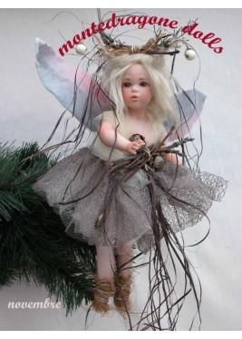 Fée Novembre, Poupée fée en porcelaine de 28 cm