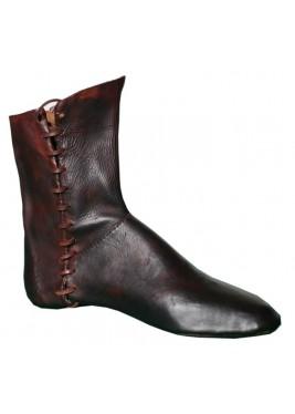 Les bottes médiévales faites à la main en cuir